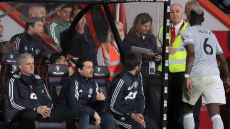 Paul Pogba usai diganti dan tidak menyalami Jose Mourinho. - INDOSPORT