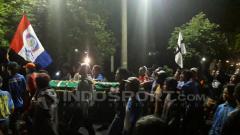 Indosport - Aremania antar almarhum Dhimas dikebumikan.