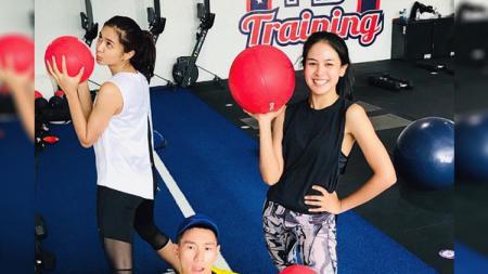 Mikha Tambayong dan Maudy Ayunda saat olahraga bersama. - INDOSPORT