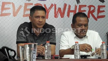 CEO Arema FC, Iwan Budianto (kiri), dalam konferensi pers Arema FC terkait kerusuhan di laga lawan Persib. - INDOSPORT