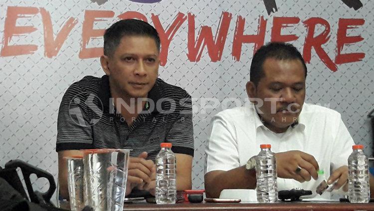 CEO Arema FC, Iwan Budianto (kiri), dalam konferensi pers Arema FC terkait kerusuhan di laga lawan Persib. Copyright: Ian Setiawan/INDOSPORT