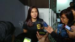 Indosport - Mikha Tambayong hadir mendukung sang kekasih, Daniel Wenas, di game pertama final IBL 2017/18.