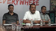 Indosport - Pembina Arema FC, Agoes Soerjanto saat didampingi Iwan Budianto (CEO) dan Abdul Haris (Ketua Panpel)