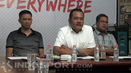 Pembina Arema FC, Agoes Soerjanto saat didampingi Iwan Budianto (CEO) dan Abdul Haris (Ketua Panpel) - INDOSPORT