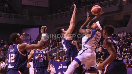 Meski dijaga para pemain Pelita Jaya, Pemain asing Satria Muda, Jamarr Andre Johnson tetap mencoba untuk menembak bola. - INDOSPORT
