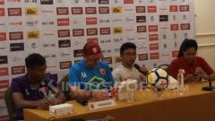 Indosport - Zulkifli Syukur, Robert Rene Alberts, dalam sesi konferensi pers, Jumat (20/04/18).