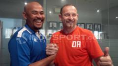 Indosport - Asisten Pelatih Persib, Herrie Setyawan (kiri) dan Pelatih Borneo FC, Dejan Antonic.