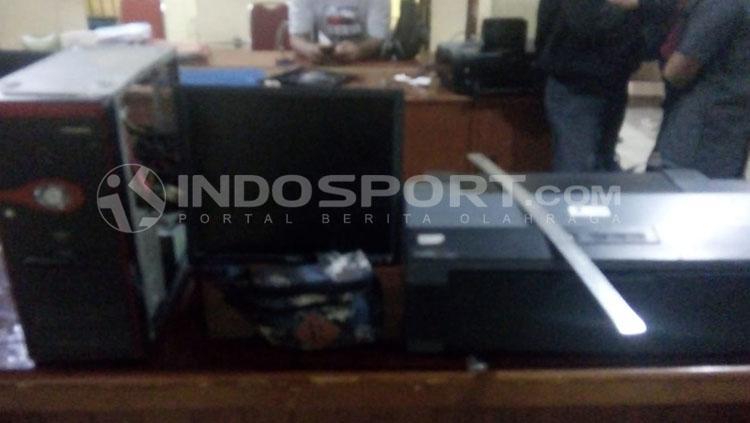 Barang bukti berupa printer untuk alat fotocopy yang dilakukan untuk menggandakan tiket palsu laga PSMS vs Perseru. Copyright: Kesuma Ramadhan/INDOSPORT