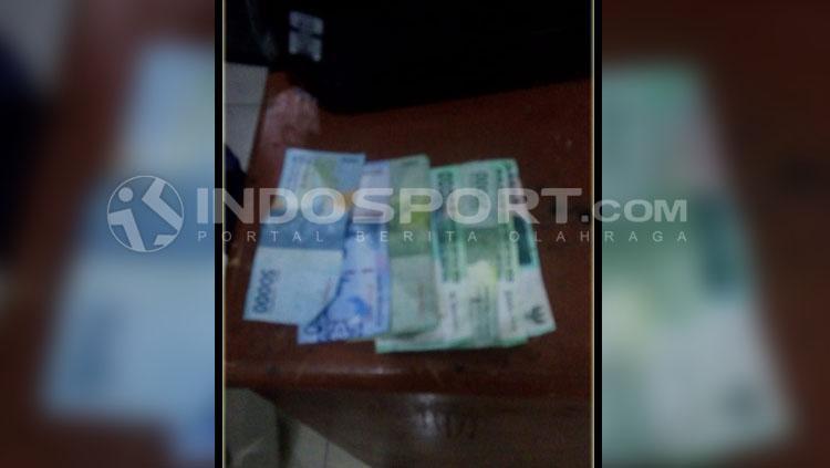 Hasil uang yang dari penjualan tiket palsu. Copyright: Kesuma Ramadhan/INDOSPORT