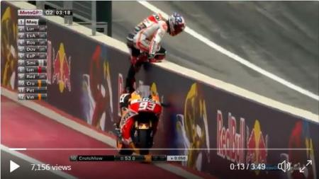 Mar Marquez memanjat pembatas lintasan dan 'parkir liar' motornya. - INDOSPORT