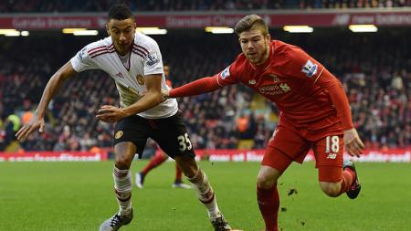 Jesse Lingard vs Alberto Moreno, pemain Liverpool. - INDOSPORT