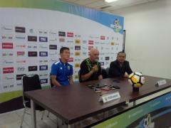 Indosport - Pelatih Persib, Mario Gomez, bersama dengan Oh In-Kyun menghadiri konferensi pers usai laga Persib vs Borneo.