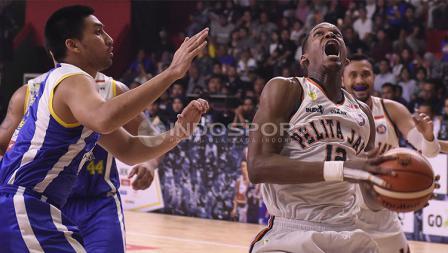 Aksi CJ Giles saat ingin melakukan slam dunk.