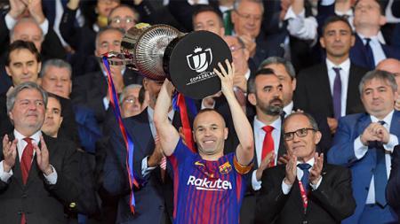 Inniesta mengangkat trophy Copa del Rey 2017/18 - INDOSPORT