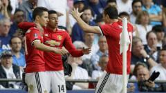 Indosport - Ander Herrera (kiri) merayakan golnya bersama skuat Man United lainnya.
