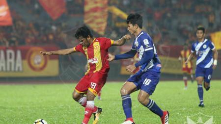Pemain Selangor FA Ilham Udin Armaiyn (kiri) dan pemain Kuala Lumpur FA Ahmad Jufriyanto (kanan). - INDOSPORT