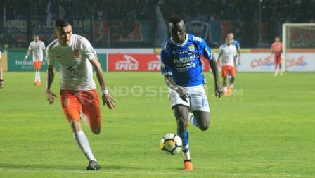 Ezechiel N'Douassel membawa bola ke arah gawang Borneo FC,
