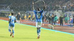 Indosport - Ezechiel N'Douassel usai melakukan selebrasi bersama rekan satu timnya/