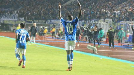 Ezechiel N'Douassel usai melakukan selebrasi bersama rekan satu timnya.