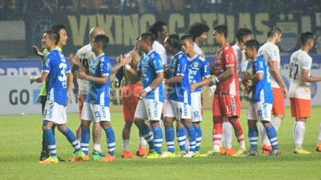 Para pemain Persib Bandung dan Borneo FC melakukan jabat tangan usai laga. - INDOSPORT