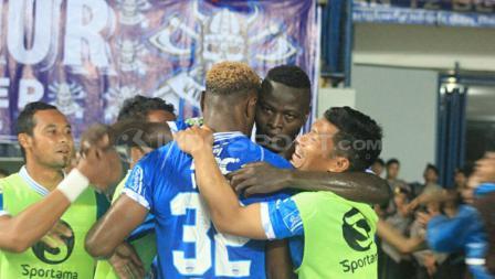 Pemain Persib Bandung merayakan kemenangan atas Borneo FC dengan skor 3-1.