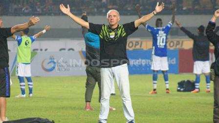 Selebrasi Mario Gomez usai Persib Bandung menang atas Borneo FC.