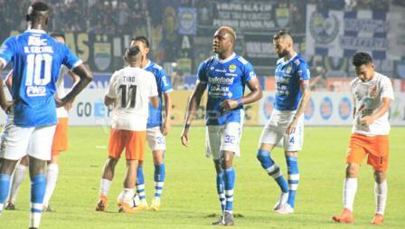 Situasi pertandingan Persib Bandung  melawan Borneo FC.