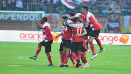 Para pemain Madura United selebrasi gol. - INDOSPORT