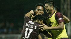 Indosport - Selebrasi pemain PSM Makassar melawan PS TIRA.