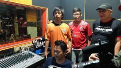 Indosport - Rian Ekky Pradipta atau Ryan d'Masiv bersama Ketum Jakmania, Ferry Indrasjarief.