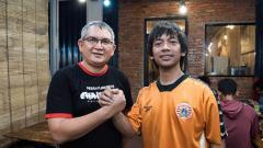Indosport - Rian Ekky Pradipta atau Ryan D'Masiv bersama Ketum Jakmania, Fery Indrasjarief.