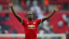 Indosport - Paul Pogba mendatangi tribun penonton Fans Manchester United.