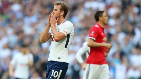 Harry Kane kecewa pasca kalah dari Man United. - INDOSPORT