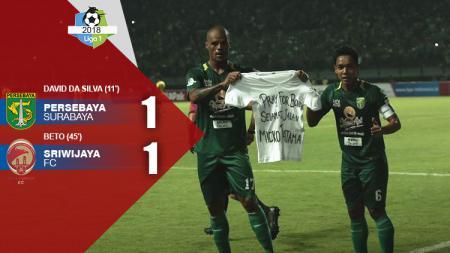 David da Silva (kiri) bersama Misbakus Solikin mempersembahkan gol kepada almarhum Micko Pratama. Laga babak pertama berakhir imbang 1-1. - INDOSPORT