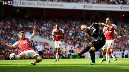 Striker West Ham United, Marko Arnautovic, dalam aksinya membela West Ham kontra Arsenal. - INDOSPORT