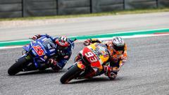 Indosport - Maverick Vinales (kiri) diketahui kerap mencuri trik Marc Marquez (kanan) dengan menonton video atau mengamati gaya balapan kompatriotnya tersebut