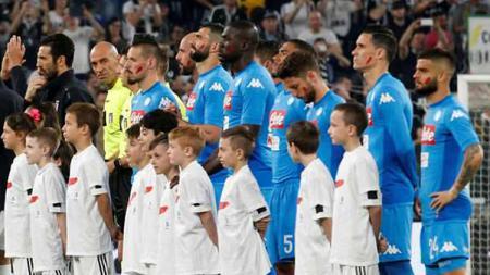 Para pemain Napoli menggunakan coretan merah di pipi mereka. - INDOSPORT