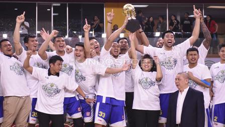 Selebrasi tim Satria Muda atas gelar juara IBL 2017/2018 usai mengalahkan Pelita Jaya.
