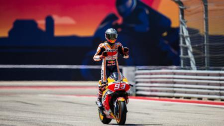 Selebrasi Marc Marquez saat berhasil merebut podium juara. - INDOSPORT