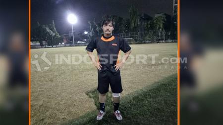 Mantan pelatih kiper Persib Bandung dan Timnas Indonesia, Gatot Prasetyo, merasa kehilangan sosok Ricky Yacobi yang meninggal dunia, akibat serangan jantung. - INDOSPORT