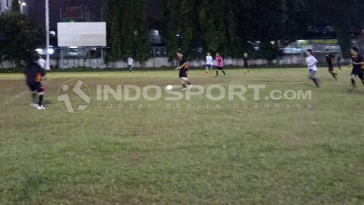 Ricky Yacobi (tengah) saat sedang menggiring bola. Copyright: Yohanes Ishak/INDOSPORT
