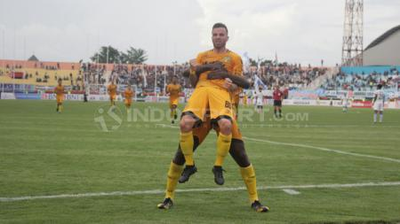 Aksi selebrasi Paulo Sergio usai cetak gol. - INDOSPORT