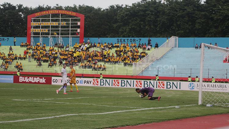 Suporter Bhayangkara FC tampak sepi di Stadion Gelora Delta. Copyright: Fitra Herdian/INDOSPORT
