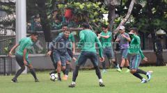 Indosport - Luis Milla tengah membawa bola dalam sesi latihan untuk mempersiapkan menuju ajang Anniversary Cup 2018. Herry Ibrahim