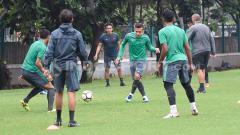 Indosport - Egy Maulana Vikri mengumpan bola ke arah rekannya. Herry Ibrahim