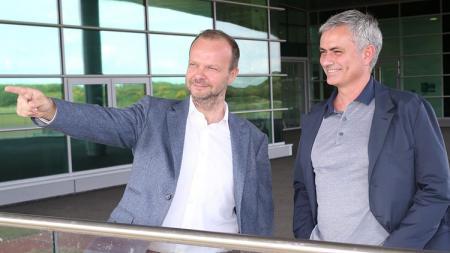 Ed Woodward kiri ketika bersama Jose Mourinho. - INDOSPORT