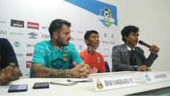 Indosport - Simon McMenemy saat Konfrensi Pers