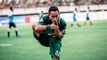 "Pemain klub Liga 1 2020 Persebaya Surabaya, Abu Rizal ""Rodeg"" Maulana mendapatkan status baru sebagai seorang ayah di masa libur latihan tim Bajol Ijo. - INDOSPORT"