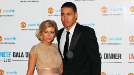 Pemain pinjaman AS Roma, Chris Smalling selalu tampil mesra dengan istrinya yang bernama Sam Cooke. - INDOSPORT