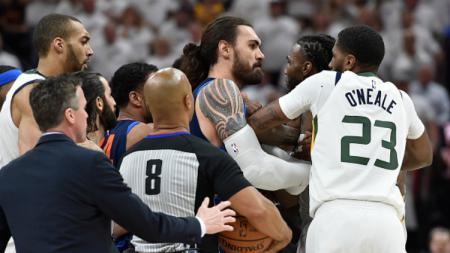 Steven Adams dan Jae Crowder sempat ribut di laga Thunder vs Jazz. - INDOSPORT